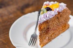 Plasterek płatowaty Urodzinowy tort z śmietanką z owoc w talerzu na drewnianym fotografia royalty free