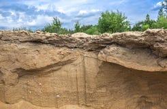 Plasterek piaska usypu łupu diun fala piasek dryluje niebo chmur krzaków drzew zielonej trawy teksturę Zdjęcia Royalty Free