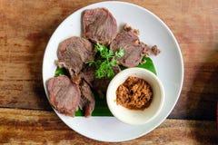Plasterek piec na grillu wołowinę z korzennym kumberlandem, Północny Tajlandzki jedzenie Obraz Royalty Free