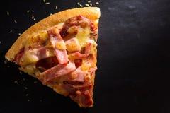 Plasterek pizza jest na kamiennym talerzu Zdjęcia Stock