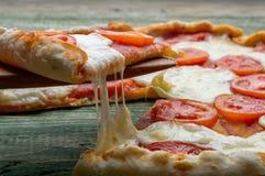 Plasterek pizza na drewnianym rozwidleniu Zakończenie Zdjęcia Stock