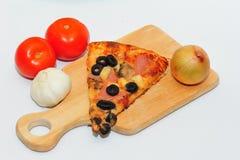 Pizza składniki i plasterek obraz stock
