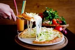 Plasterek pizza z rozciekłym serem Zdjęcia Royalty Free