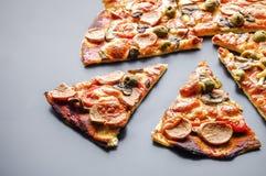 Plasterek pizza z serem i pieczarki na zmroku odzwierciedlamy tło Zdjęcie Royalty Free