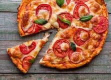 Plasterek pizza z serem na nieociosanym drewno stole Zdjęcia Stock