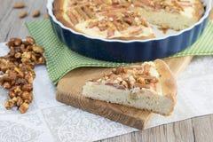 Plasterek rabarbaru tort z karmelizującym migdałem krokant fotografia royalty free