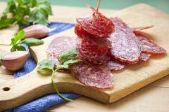 Plasterek salami kiełbasy na drewnianej desce Obraz Royalty Free