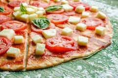 Plasterek surowa pizza z mozzarellą w mące Zdjęcie Stock