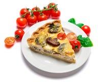 Plasterek traditonal szpinaków kurczaka quiche domowej roboty tarta lub kulebiak na talerzu zdjęcie stock