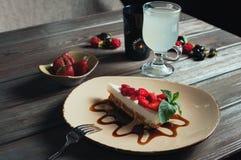 Plasterek truskawka tort, selekcyjna ostrość Zdjęcia Stock