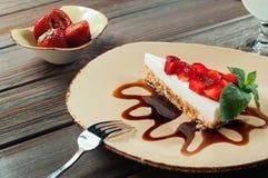 Plasterek truskawka tort, selekcyjna ostrość Fotografia Royalty Free