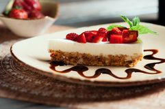 Plasterek truskawka tort, selekcyjna ostrość Obraz Stock