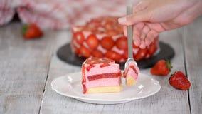 Plasterek truskawkowy mousse tort zdjęcie wideo