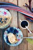Plasterek wyśmienicie tort z świeżą czarną jagodą na drewnianym backgroup Kawałek czarna jagoda tort z błękitem, kawałek tort na  Obraz Royalty Free