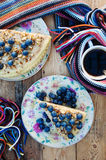 Plasterek wyśmienicie tort z świeżą czarną jagodą na drewnianym backgroup Kawałek czarna jagoda tort z błękitem, kawałek tort na  Zdjęcie Royalty Free