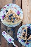 Plasterek wyśmienicie tort z świeżą czarną jagodą na drewnianym backgroup Kawałek czarna jagoda tort z błękitem, kawałek tort na  Zdjęcie Stock