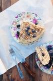 Plasterek wyśmienicie tort z świeżą czarną jagodą na drewnianym backgroup Kawałek czarna jagoda tort z błękitem, kawałek tort na  Obraz Stock