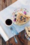 Plasterek wyśmienicie tort z świeżą czarną jagodą na drewnianym backgroup Kawałek czarna jagoda tort z błękitem, kawałek tort na  Fotografia Royalty Free