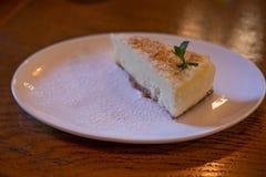 Plasterek zamknięty w górę prosty cheesecake, horyzontalny widok zdjęcie royalty free