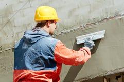 Plasterer da fachada no trabalho fotografia de stock royalty free