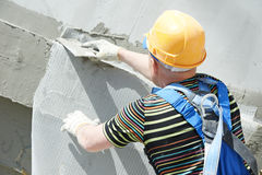 Plasterer do construtor da fachada no trabalho Fotos de Stock Royalty Free