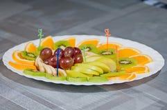 Plasterka kiwi jabłek pomarańczowy banan i winograd Zdjęcia Stock