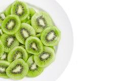 Plasterka kiwi owoc w bielu talerzu Zdjęcia Royalty Free