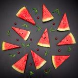 Plasterki świeżego juta czerwony arbuz na czarnym tle Obraz Royalty Free