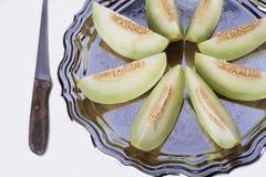 Plasterki świeży żółty melon lub kantalup na starej tacy z zdjęcie stock