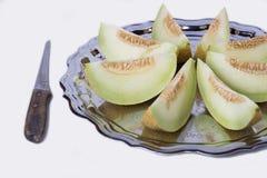 Plasterki świeży żółty melon lub kantalup na starej tacy z zdjęcia stock