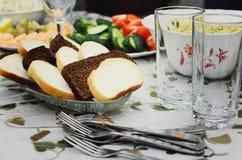 Plasterki biel i czarny chleb kłamają na talerzu obrazy stock