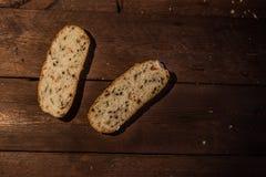 Plasterki brown chleb na drewnianym stole sprawność fizyczna chleb z otręby i zbożami obraz stock