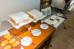 Plasterki chleb na stole w bufecie fotografia stock