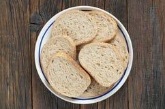 Plasterki chleb z otręby w talerzu obrazy stock