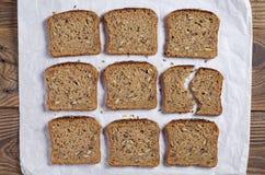 Plasterki chleb z różnymi ziarnami fotografia stock
