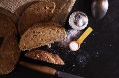 Plasterki chlebowi z solą i nożem obrazy royalty free