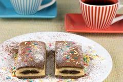 Plasterki czekoladowy tort z dekoracjami Obraz Stock