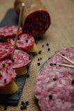 Plasterki leczący salami na chlebie zdjęcie stock
