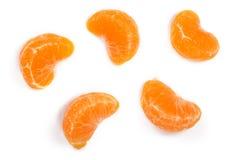 Plasterki mandarynka lub tangerine z liśćmi na białym tle Mieszkanie nieatutowy, odgórny widok Owocowy skład obraz stock