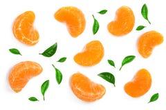 Plasterki mandarynka lub tangerine z liśćmi odizolowywającymi na białym tle Mieszkanie nieatutowy, odgórny widok Owocowy skład zdjęcia stock