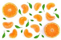 Plasterki mandarynka lub tangerine z liśćmi odizolowywającymi na białym tle Mieszkanie nieatutowy, odgórny widok Owocowy skład zdjęcie stock