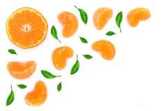 Plasterki mandarynka lub tangerine z liśćmi odizolowywającymi na białym tle Mieszkanie nieatutowy, odgórny widok Owocowy skład obrazy royalty free