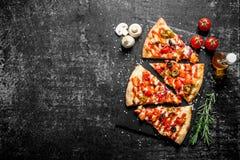 Plasterki Meksykańska pizza z salami i pomidorami zdjęcie stock