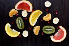 Plasterki owoc na ciemnym tle fotografia royalty free