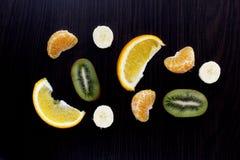 Plasterki owoc na ciemnym tle zdjęcia royalty free
