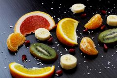 Plasterki owoc na ciemnym tle Zdjęcie Stock