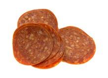 Plasterki pepperoni na białym tle obrazy royalty free