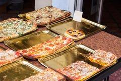 Plasterki pizza dla sprzedaży przy Sineu rynkiem, Majorca zdjęcie royalty free