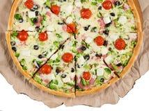 Plasterki pizza na papierowym białym tle Zdjęcia Stock