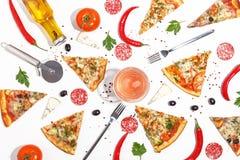 Plasterki pizza, składniki i cutlery na białym tle, Odgórny widok obraz stock